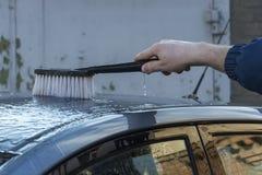Tvätta taket av bilen Arkivfoto