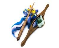 Tvättad angora- ull för felting eller handarbete Sländan och spindelcloseupen på en vit bakgrund royaltyfri bild