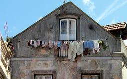 Tvättad kläder som torkar i gammal portugisisk stad arkivfoto