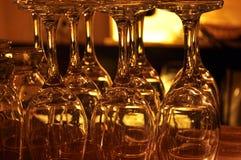 Tvättade exponeringsglas av vin i en stång Arkivfoton