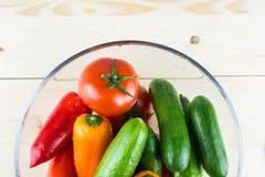 Tvättade organiska grönsaker i bunke på träbachground, bästa sikt fotografering för bildbyråer