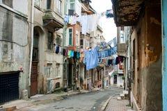 Tvättade skjortor på ett rep mellan gamla hus av den smala gatan av Istanbul Arkivfoton