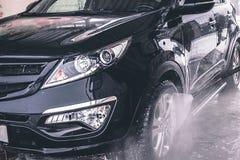 Tvättande bil close upp Högtryckvatten royaltyfri fotografi