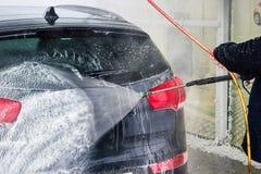 Tvättande bil close upp Högtryckvatten arkivfoto