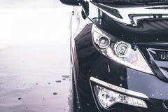Tvättande bil close upp Högtryckvatten arkivbild