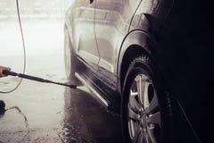 Tvättande bil close upp Högtryckvatten fotografering för bildbyråer