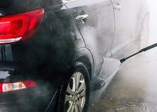 Tvättande bil close upp Högtryckvatten royaltyfria bilder
