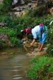 Tvättande clother för bergigt folk Royaltyfria Bilder