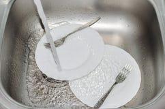 Tvättande disk i köket. Royaltyfri Fotografi