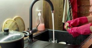 Tvättande exponeringsglas för behandskad person i den undervattens- vasken lager videofilmer