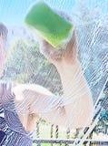 tvättande fönster för man Royaltyfria Foton