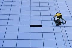 tvättande fönsterarbetare Arkivfoto