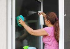 tvättande fönsterkvinna royaltyfria bilder