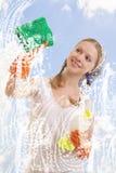 tvättande fönsterkvinnabarn Royaltyfri Foto