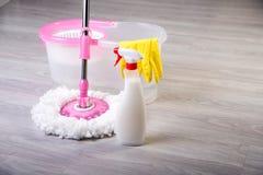 Tvättande golv som gör ren lägenheten Royaltyfria Foton