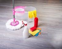 Tvättande golv som gör ren lägenheten Fotografering för Bildbyråer
