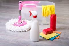 Tvättande golv som gör ren lägenheten Arkivbild