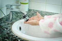 Tvättande händer arkivbild