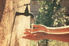 Tvättande händer arkivfoton