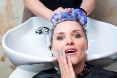 Tvättande hår arkivbild