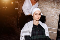 Tvättande hår för härlig kvinna i en hårsalong fotografering för bildbyråer