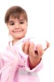 Tvättande hand och framsida för liten flicka Arkivbild