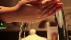 Tvättande handbarn stock video