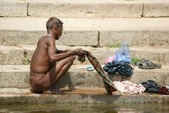 Tvättande kläder i Gangeset River Royaltyfri Bild