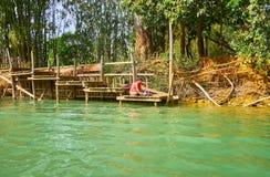 Tvättande kläder på sjön, Myanmar Royaltyfria Foton