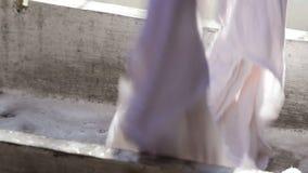 Tvättande kläder vid handen arkivfilmer