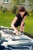 tvättande kvinna för bil Arkivbild