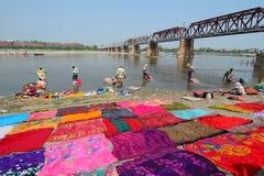 Tvättande sarees för indiskt folk på flodstranden i Agra Royaltyfri Bild