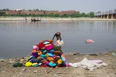 Tvättande torkduk för folk på de sandiga bankerna Royaltyfria Foton