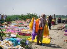 Tvättande torkduk för folk på de sandiga bankerna Arkivfoton
