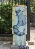 Tvättbjörnen målade på en elektrisk ask i Philadelphia, Pennsylvania royaltyfri bild