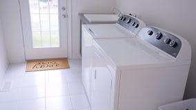 Tvätteri En tvagning och en torrare maskin hemma stock video