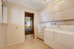 Tvätteri med byggt i kabinetter Royaltyfria Foton