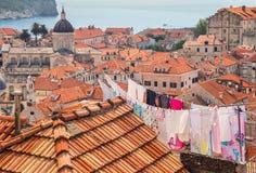 Tvätteri som hänger från tak av den gamla staden i Dubrovnik, Kroatien arkivbilder
