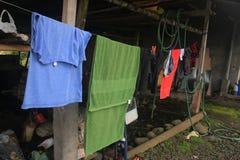 Tvätteri som hänger på en kabel för att torka royaltyfria foton