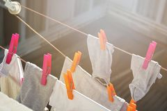 Tvätteri som hänger på kläderlinje för att torka arkivfoton