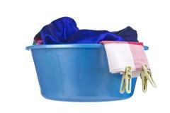 Tvätteri - tvättställ med kläder Arkivbild