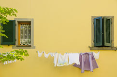 Tvätteri ut fönstret Arkivbilder