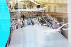 Tvätterifönster med ett materiel av skjortor på hängare Royaltyfri Bild