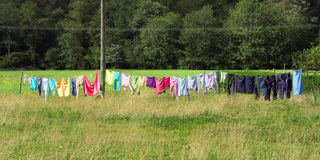 Tvätterikläder som hänger oudoors och att torka royaltyfria foton