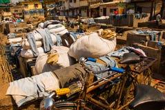 Tvätteriservice i Indien Tvätteri torr saker på klädstrecket Mumbai royaltyfria foton