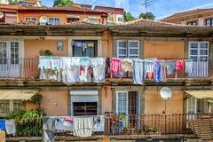 Tvätteriuttorkning på terrassen av det stads- huset Arkivbild