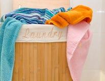 Tvättkorg med handdukar royaltyfri fotografi
