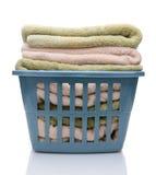 Tvättkorg med vikta handdukar Royaltyfria Foton