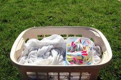 Tvättkorg mycket av tvätterit som är klar att hängas ut med colorfu royaltyfria foton