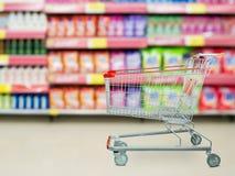 Tvättmedelhyllor i supermarket eller livsmedelsbutik arkivbild